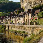 Dorf am Flussufer