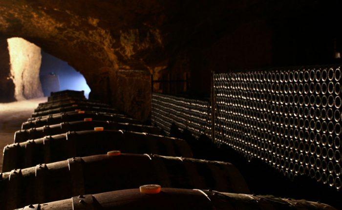 Totwein Barriques im Weingut