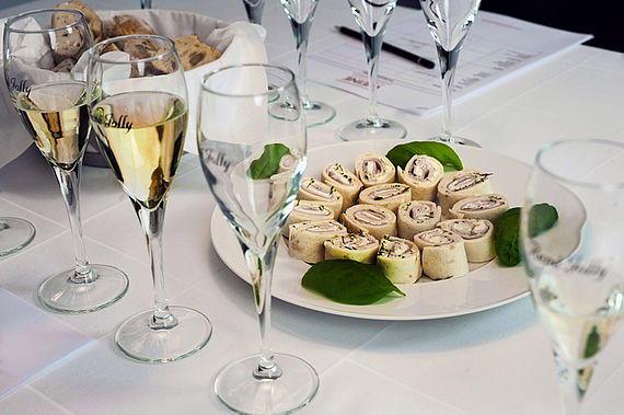 Champagnergläser und Häppchen Seminar